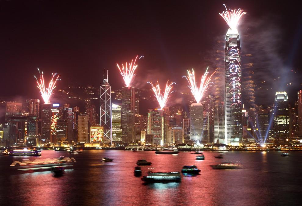 3. CHINY, Hong Kong, 1 stycznia 2011: Sztuczne ognie rozświetlają niebo nad Hong Kongiem. AFP PHOTO / ED JONES