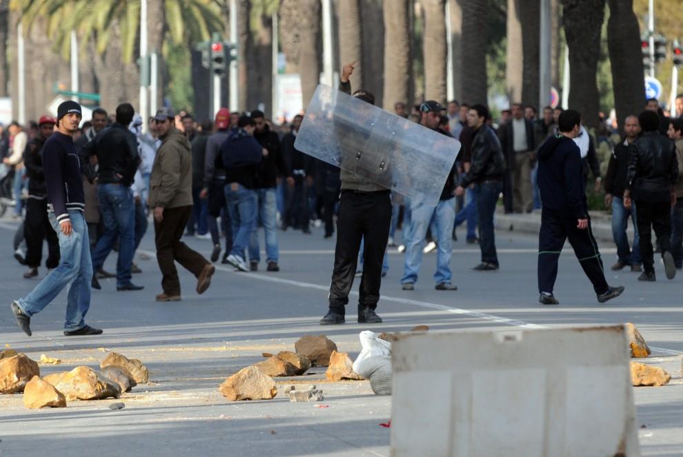 3. TUNEZJA, Tunis, 14 stycznia 2011: Mężczyzna gestykuluje w trakcie starć z oddziałami policji. AFP PHOTO / FETHI BELAID
