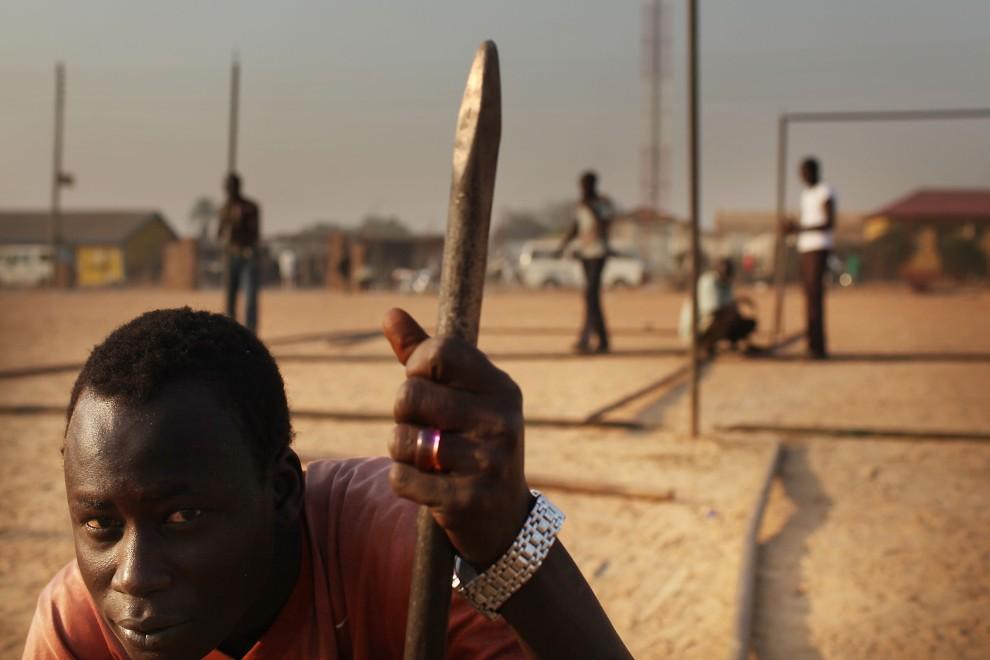 3. SUDAN, Dżuba, 6 stycznia 2011: Mężczyzna pracujący przy budowie namiotu gdzie odbywać się będzie głosowanie. (Foto: Spencer Platt/Getty Images)