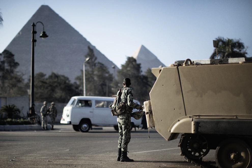 40. EGIPT, Kair, 31 stycznia 2011: Żołnierze na posterunku w pobliżu piramid. AFP PHOTO/MARCO LONGARI