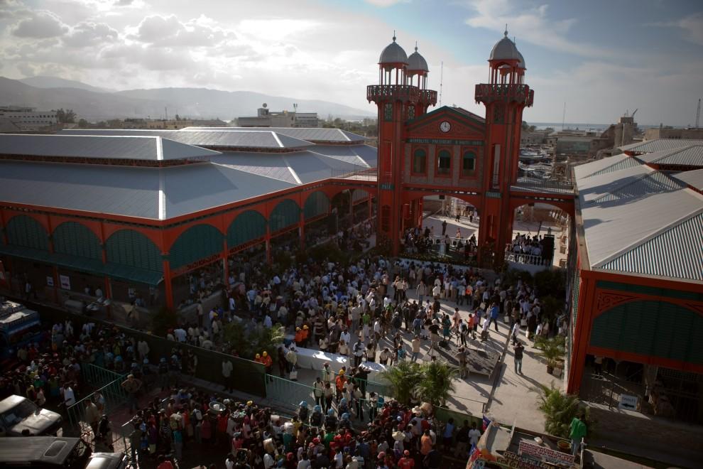 40. HAITI, Port-au-Prince, 11 stycznia 2011: Widok na odbudowany Iron Market (pierwotnie wybudowany w 1890 roku). (Foto: Allison Shelley/Getty Images)