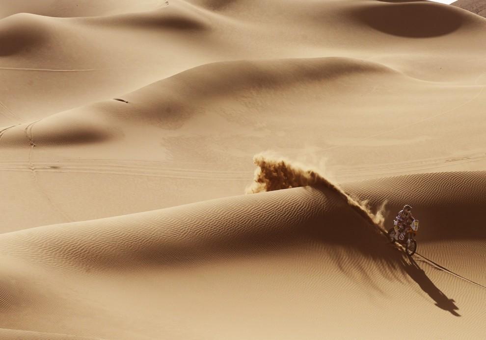 41. CHILE, Antofagasta, 9 stycznia 2011: Marc Coma przemierza pustynię Atacama  podczas siódmego etapu rajdu. AFP PHOTO / Daniel GARCIA