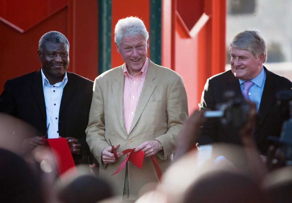 41. HAITI, Port-au-Prince, 11 stycznia 2011: Od lewej: Jean-Yves Jason – burmistrz Port-au-Prince,  Bill Clinton – były prezydent USA, Denis O' Brien –   dyrektor generalny firmy telekomunikacyjnej Digicel, uczestniczą w ceremonii otwarcia Iron Market. (Foto: Allison Shelley/Getty Images)