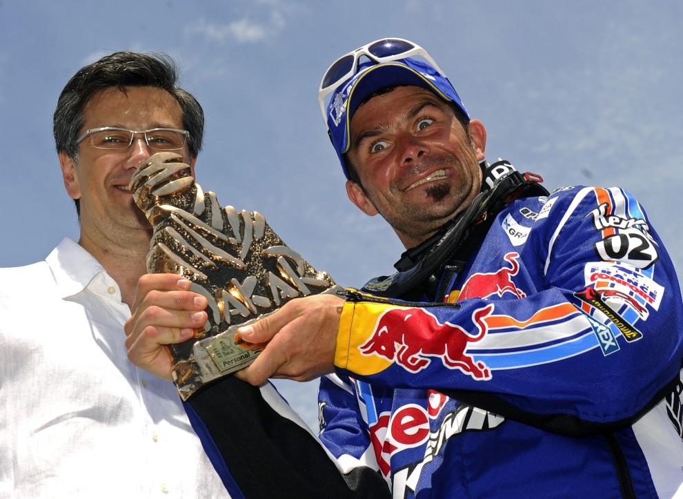 45. ARGENTYNA, Buenos Aires, 16 stycznia 2011: Cyril Despres (po prawej) cieszy się ze zdobytego drugiego miejsca w klasyfikacji. AFP PHOTO / DANIEL GARCIA