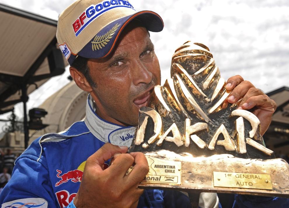 46. ARGENTYNA, Buenos Aires, 16 stycznia 2011: Nasser Al-Attiyah ze zdobytym trofeum dla najlepszej załogi Dakaru. AFP PHOTO / DANIEL GARCIA
