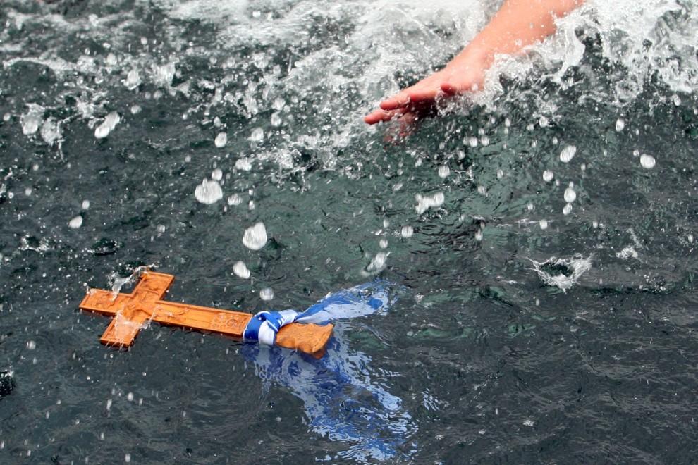 4. GRECJA, Tesaloniki, 6 stycznia 2011: Mężczyzna sięga po krzyż wrzucony do wody podczas obchodów święta Epifanii. AFP PHOTO / Sakis Mitrolidis