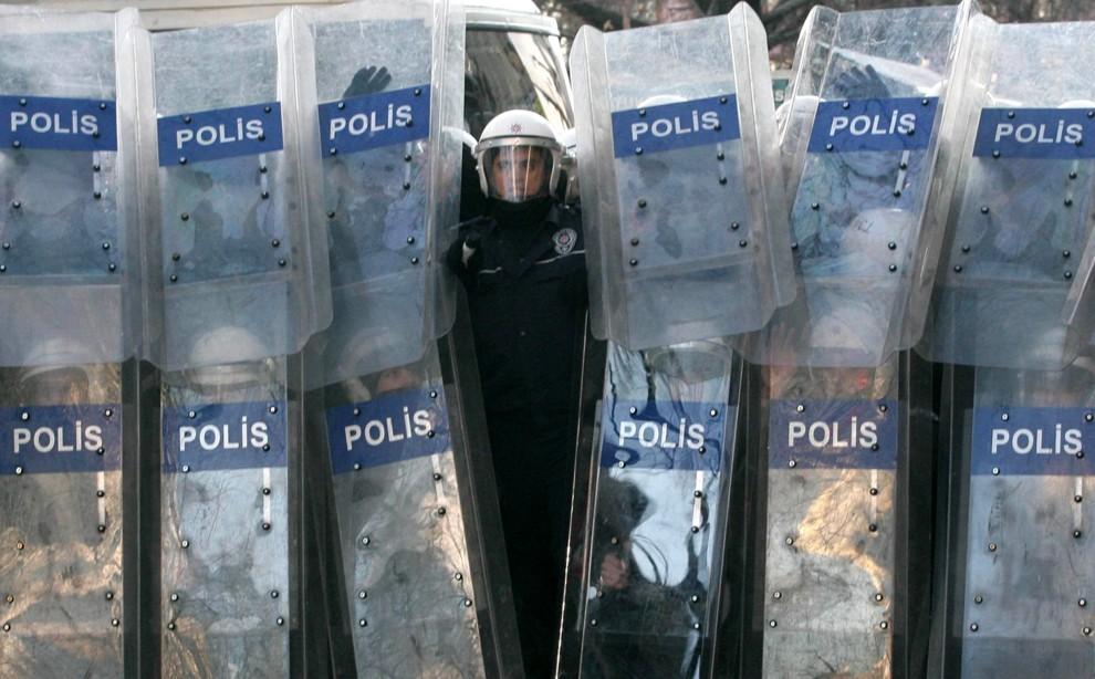 4. TURCJA, Ankara, 27 stycznia 2011: Policja obserwuje studentów protestujących przeciw rządowi. AFP PHOTO/ADEM ALTAN