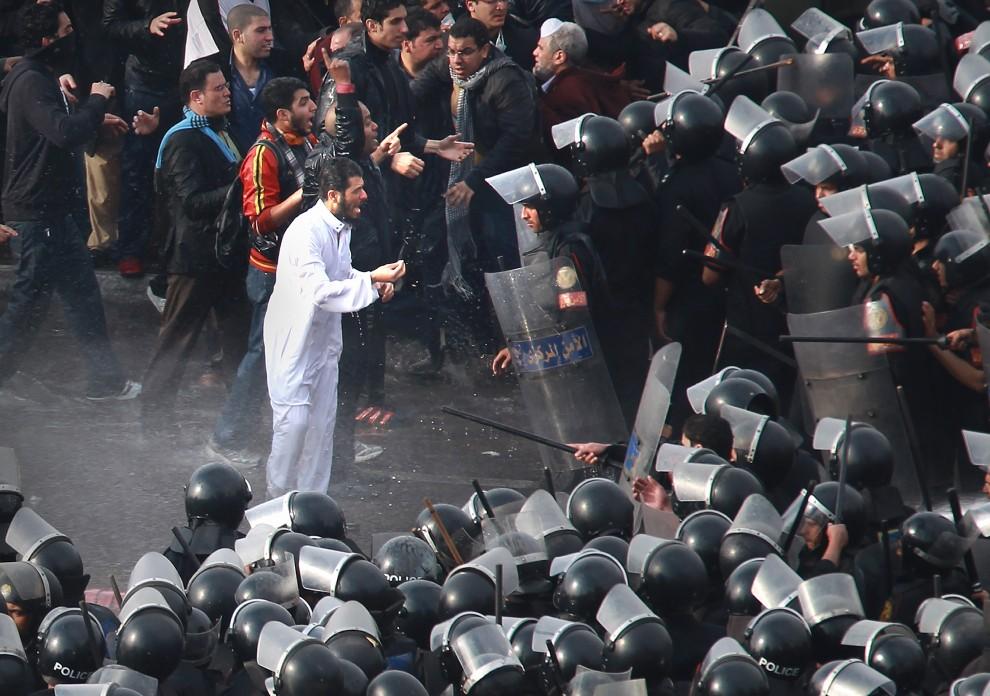 4. EGIPT, Kair, 28 stycznia 2011: Protestujący napierają na policjantów broniących wejścia na most nad Nilem. (Foto: Peter Macdiarmid/Getty Images)