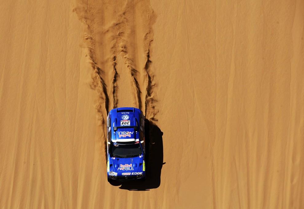 4. CHILE, Copiapo, 11 stycznia 2011: Volkswagen załogi Giniel De Villiers / Dirk Von Zitzewitz na trasie dziewiątego etapu. AFP PHOTO / Daniel GARCIA