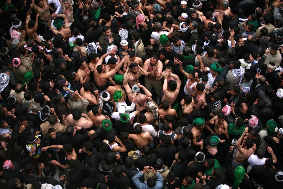 5. IRAK, Karbala, 25 stycznia 2011: Szyici  uczestniczący w pielgrzymce do Karbali. AFP PHOTO/MOHAMMED SAWAF