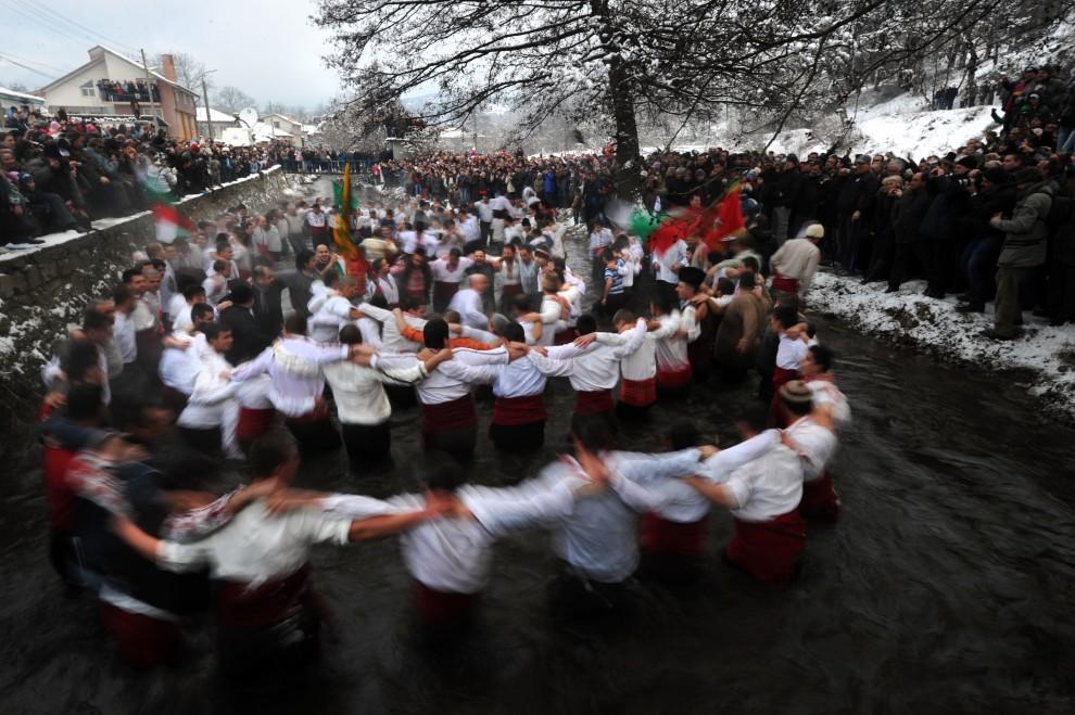 """5. BUŁGARIA, Kalofer, 6 stycznia 2011: Mężczyźni podczas tradycyjnego tańca """"Horo"""", jednego z elementów obchodów świeta Epifanii. AFP PHOTO / DIMITAR DILKOFF"""
