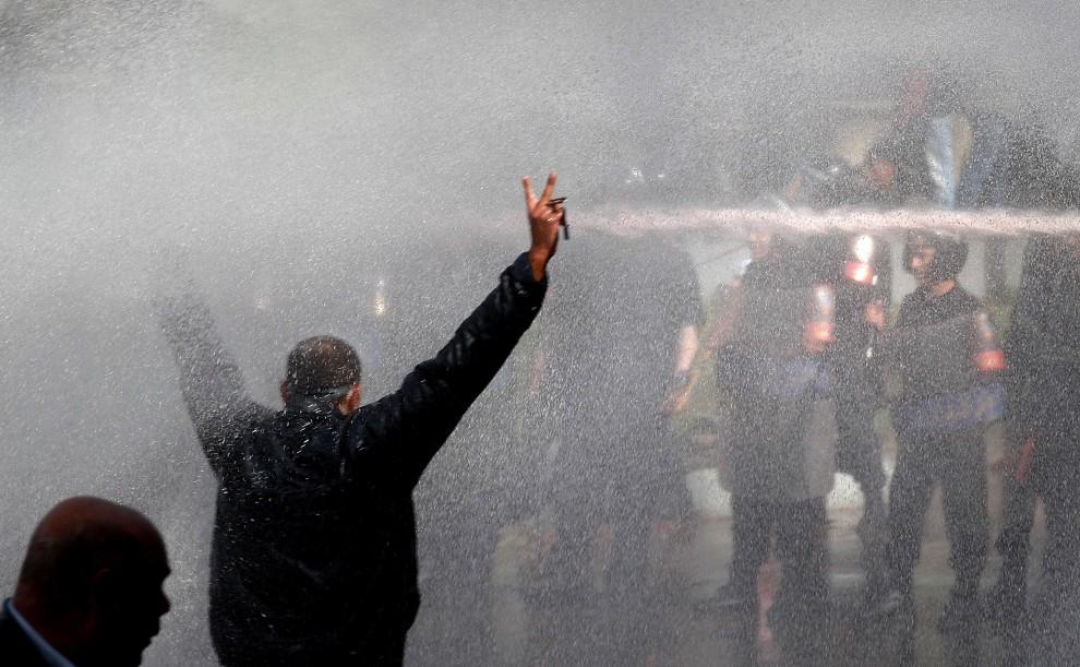 5. EGIPT, Kair, 28 stycznia 2011: Policja używa armatek wodnych w trakcie zamieszek. (Foto: Peter Macdiarmid/Getty Images)