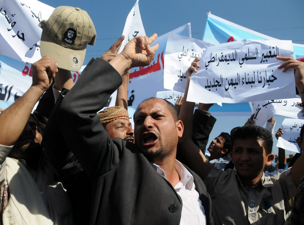 5. JEMEN, Sanaa, 16 stycznia 2011: Jemeńscy studenci zmierzają w kierunku Tunezyjskiej ambasady podczas demonstracji popierającej wydarzenia w Tunezji. AFP PHOTO/GAMAL NOMAN