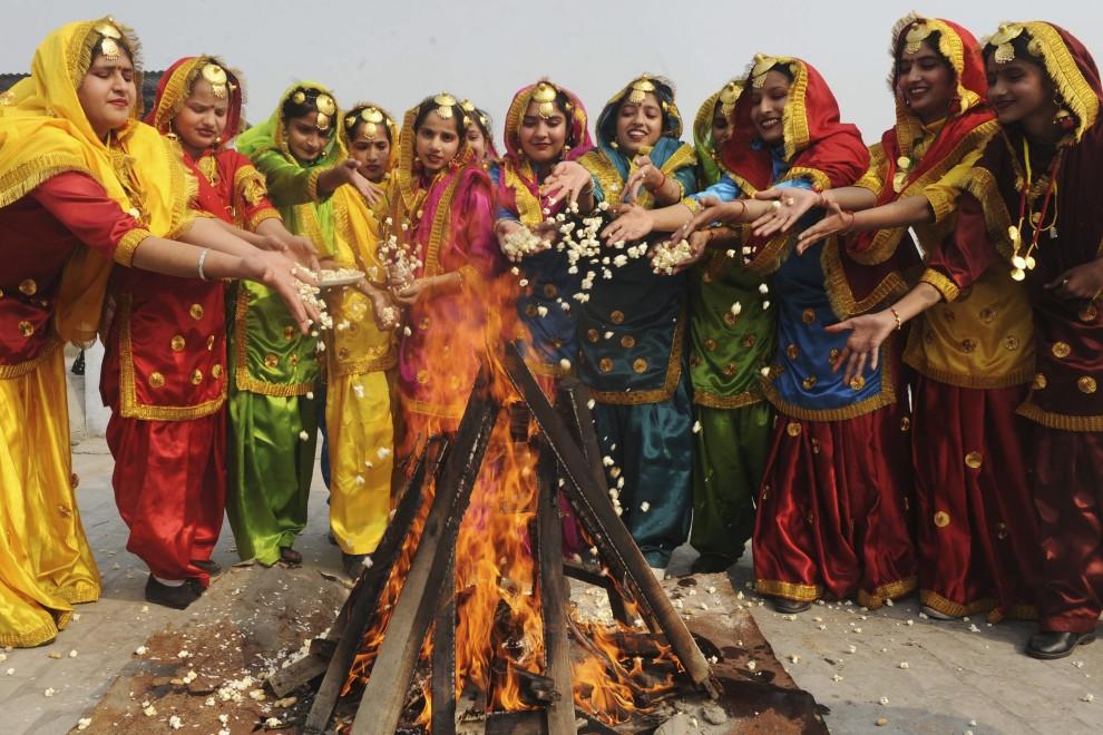 6. INDIE, Amritsa, 12 sstycznia 2011: Dziewczęta w tradycyjnych strojach zebrane wokół ogniska w przed zbliżającym się festiwalu  Lohri – święta o charakterze dożynkowym. AFP PHOTO / NARINDER NANU