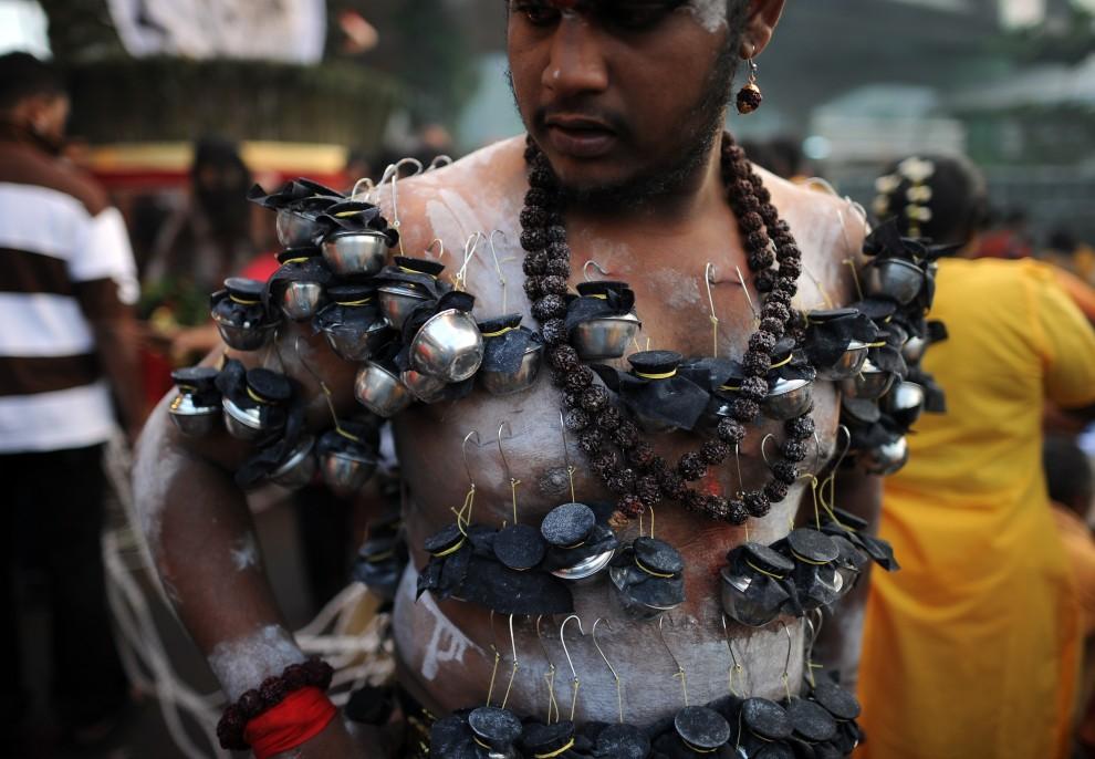 6. MALEZJA, Kuala Lumpur, 20 stycznia 2011: Uczestnik procesji z ciałem przekłutym licznymi haczykami. AFP PHOTO / Saeed KHAN