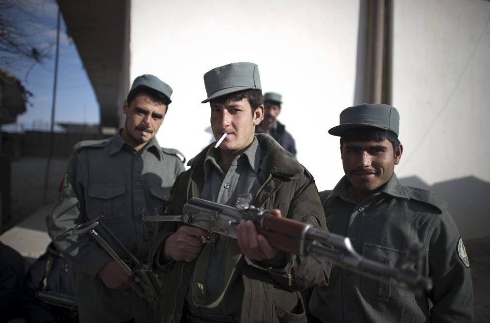 6. AFGANISTAN, Musa Qala, 16 stycznia 2011: Funkcjonariusze policji pozują do zdjęcia. AFP PHOTO / DMITRY KOSTYUKOV