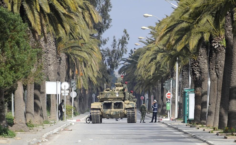 6. TUNEZJA, Tunis, 16 stycznia 2011: Posterunek wojskowy na ulicy w stolicy Tunezji. AFP PHOTO / FRED DUFOUR