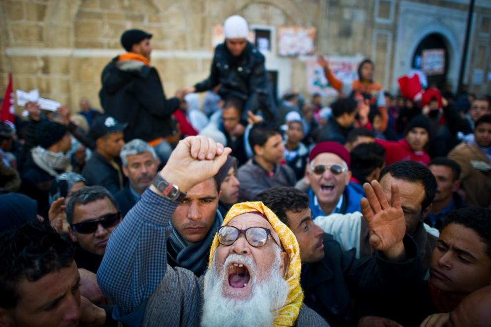6. TUNEZJA, Tunis, 24 stycznia 2011: Protestujący zebrani przed domem Mohammeda Ghannouchiego. AFP PHOTO / MARTIN BUREAU