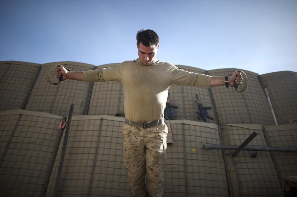 7. AFGANISTAN, Musa Qala, 19 stycznia 2011: Żołnierz piechoty morskiej podczas ćwiczeń w bazie. AFP PHOTO /DMITRY KOSTYUKOV
