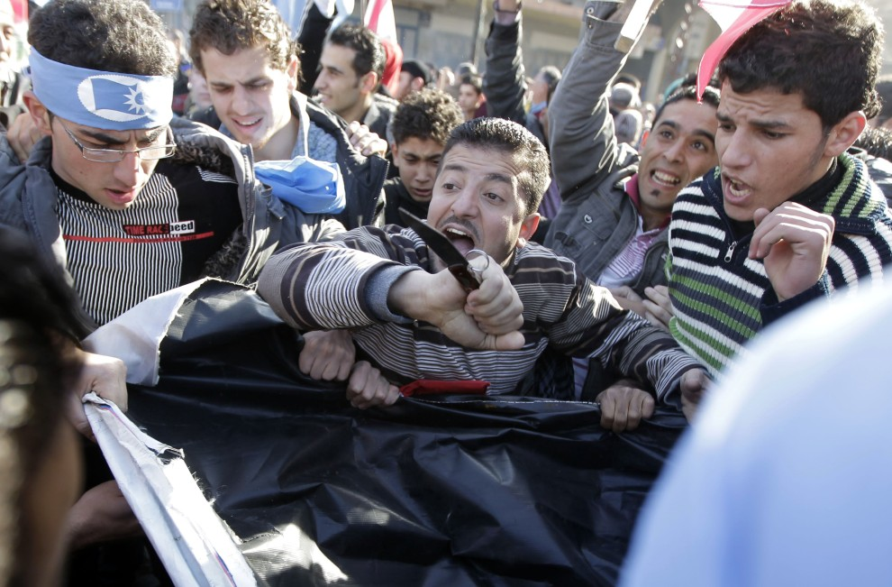 """7. LIBAN, Tripoli, 25 stycznia 2011: Zwolennicy premiera i jego ugrupowania """"Strumień Przyszłości"""" protestujący w stolicy. AFP PHOTO/JOSEPH EID"""