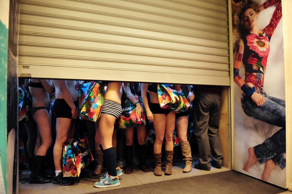 7. HISZPANIA, San Sebastian, 7 stycznia 2011: Klienci sklepu jednego ze sklepów w San Sebastian w dniu wyprzedaży. Właściciele sklepu poinformowali, że   każdy, kto odwiedzi ich siedzibę pierwszego dnia wyprzedaży w samej bieliźnie, otrzyma darmowe ubrania. AFP PHOTO/ RAFA RIVAS