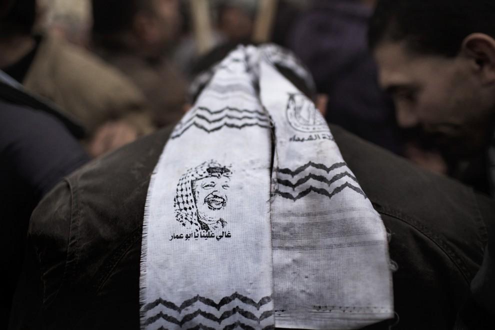 8. AUTONOMIA PALESTYŃSKA, Nablus, 27 stycznia 2011: Zwolennik prezydenta Mahmuda Abbasa w opasce z podobizną  Jasera Arafata. AFP PHOTO/MARCO LONGARI