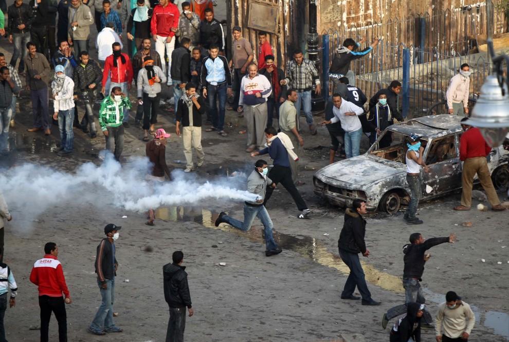 8. EGIPT, Suez, 27 stycznia 2011: Starcia mieszkańców Suezu z oddziałami policji i wojska.  AFP PHOTO/KHALED DESOUKI
