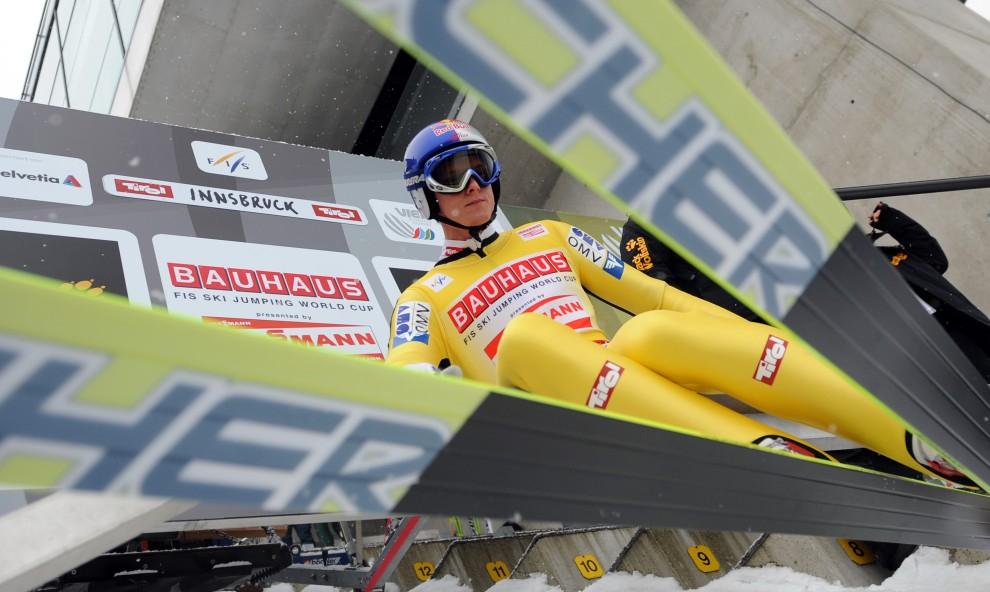 8. AUSTRIA, Innsbruck, 2 stycznia 2011: Thomas Morgenstern siada na belce startowej. AFP PHOTO / SAMUEL KUBANI