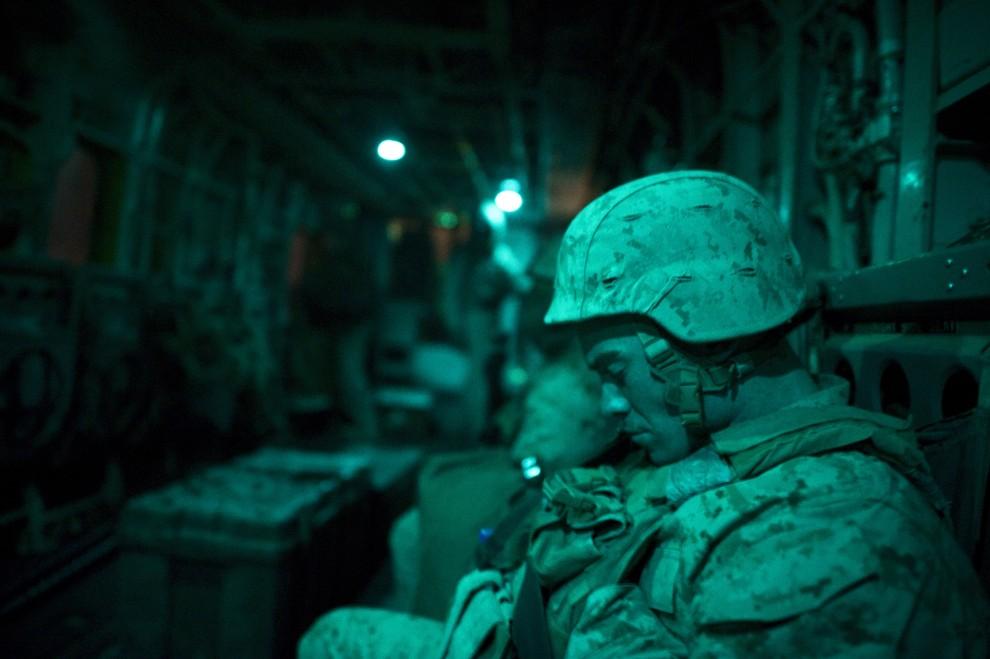 8. AFGANISTAN, Musa Qala, 16 stycznia 2011: Żołnierz piechoty morskiej na pokładzie śmigłowca. AFP PHOTO / DMITRY KOSTYUKOV
