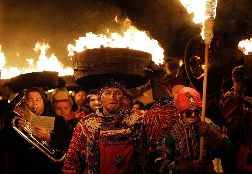 9. WIELKA BRYTANIA, Hexham, 31 grudnia 2010: Mężczyźni niosą na głowach płonące beczki podczas Tar Barrel Festival. (Foto: Matthew Lloyd/Getty Images)