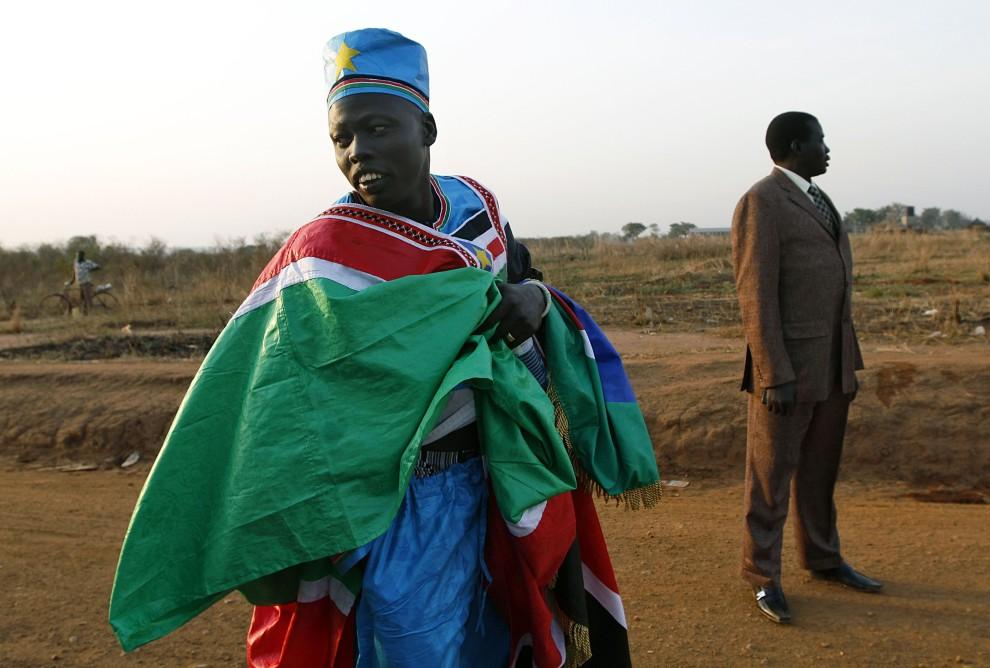9. SUDAN, Nimule, 9 stycznia 2011: Mężczyzna ubrany w strój w barwach narodowych przybył do Nimule aby wziąć udział w referendum. AFP PHOTO/Marc HOFFER