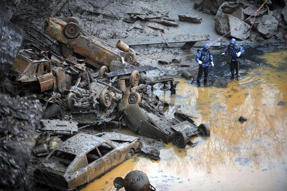 10. FRANCJA, Lavau-sur-Loire, 10 lutego 2011: Funkcjonariusze przeszukują dno jeziora, gdzie znaleziono rozczłonkowane ciało. AFP PHOTO FRANK PERRY