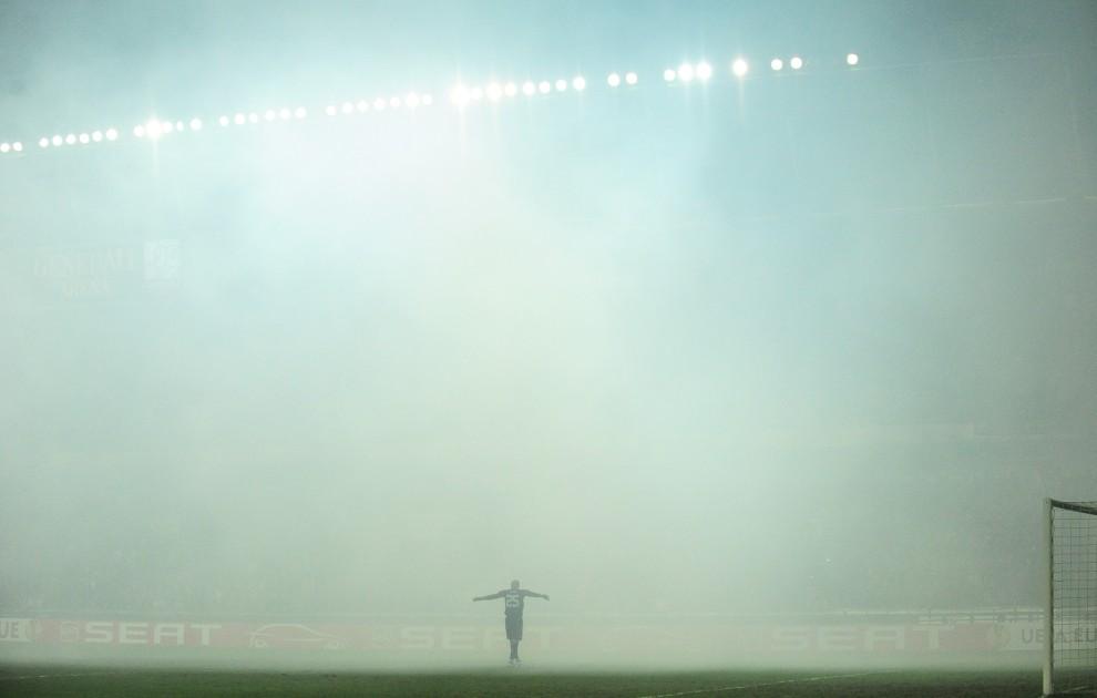 10. CZECHY, Praga, 17 lutego 2011: Pepe Reina (bramkarz FC Liverpool) rozgrzewa się podczas przerwy w meczu spowodowanej dymem z odpalanych petard. AFP PHOTO   / JOE KLAMAR