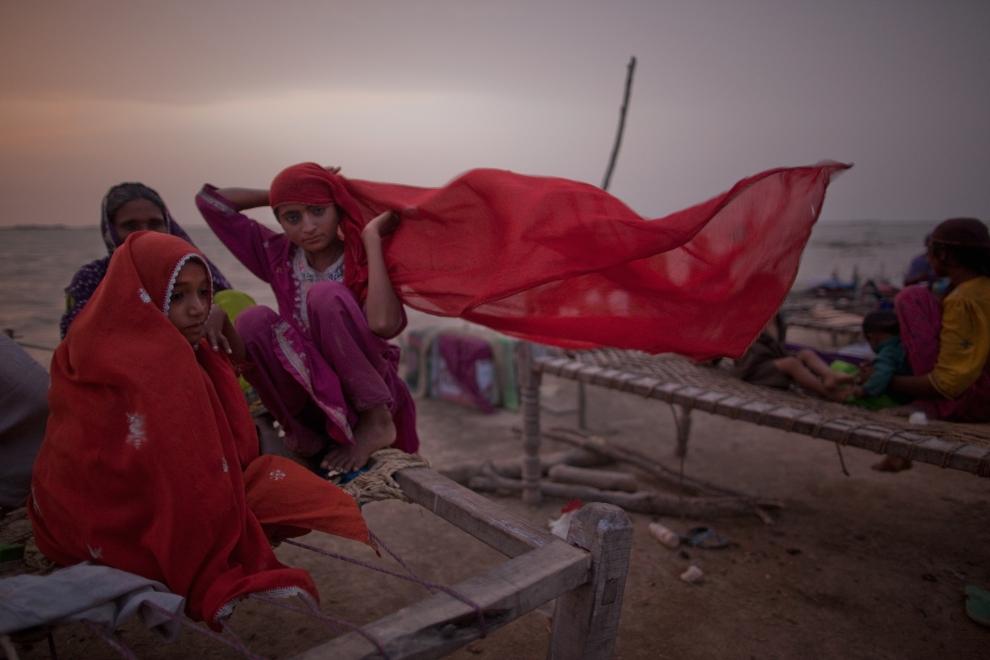 10.PAKISTAN, Thatta, 29 sierpnia 2010: Pakistańskie dziewczyny na łóżkach w obozie zorganizowanym dla osób uratowanych z powodzi. (Foto: Daniel Berehulak/Getty Images)