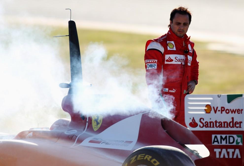 10. HISZPANIA, Walencja, 3 lutego 2011: Felipe Massa przygląda się uszkodzonemu silnikowi swojego bolidu. (Foto:  Mark Thompson/Getty Images)