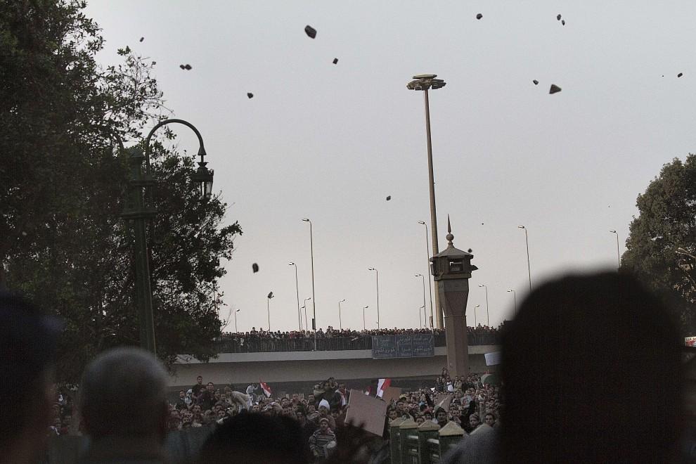 10. EGIPT, Kair, 2 lutego 2011: Starcia na ulicach zwolenników prezydenta z opozycjonistami (na pierwszym planie). AFP PHOTO/MARCO LONGARI