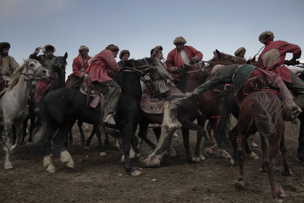 11. AFGANISTAN, Kabul, 23 kwietnia 2010: Jeźdźcy obu drużyn walczą o kozę. AFP PHOTO/Mauricio LIMA