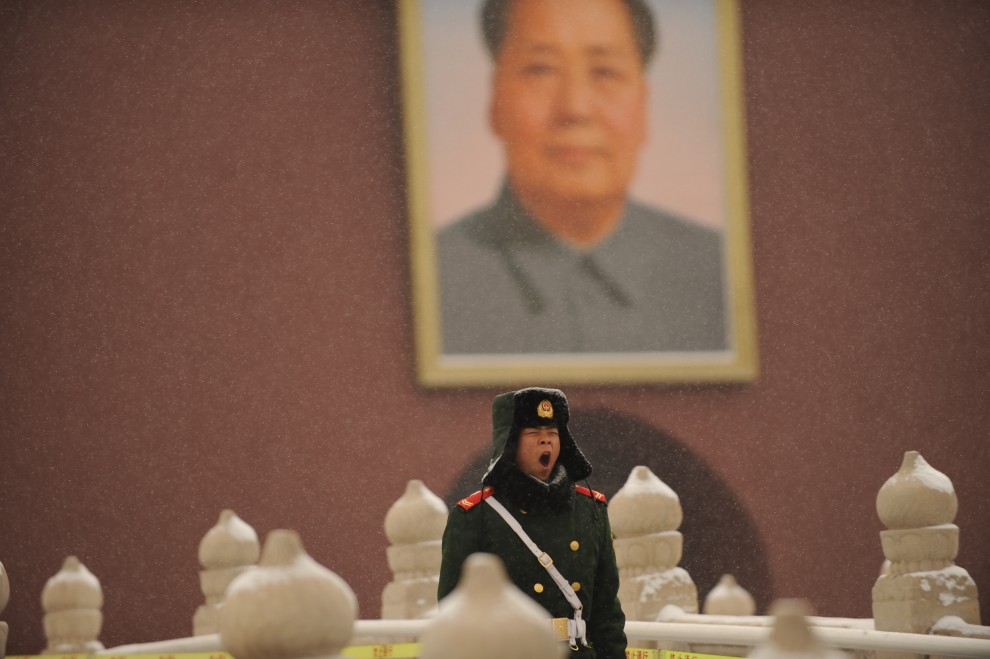 11. CHINY, Pekin, 10 lutego 2011: Ziewający policjant na Placu Tiananmen. AFP PHOTO/Peter PARKS
