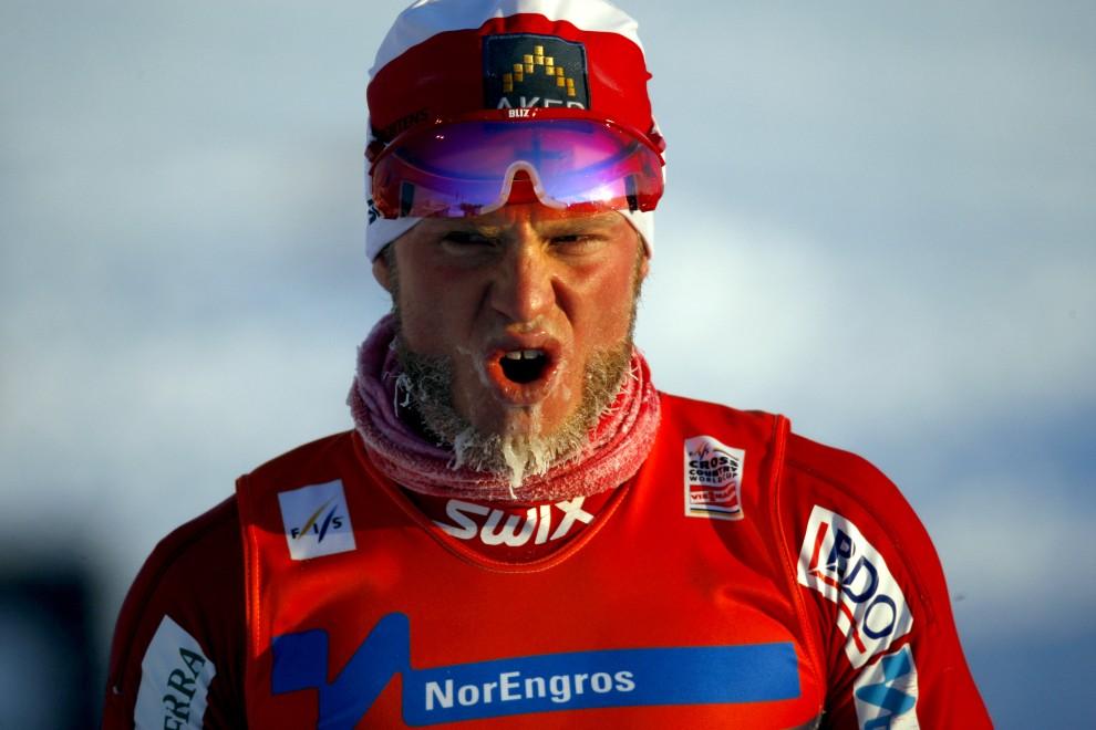 11. NORWEGIA, Drammen, 19 lutego 2011: Norweg Martin Johnsrud Sundby na linii mety wyścigu na 15 km. AFP PHOTO / DANIEL SANNUM LAUTEN