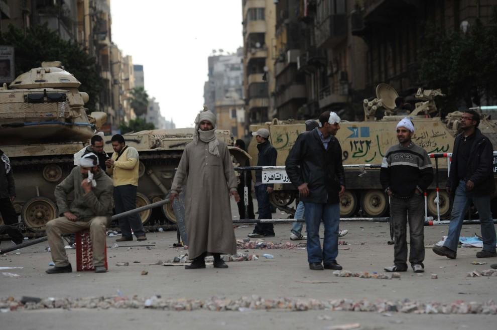 11. EGIPT, Kair, 3 lutego 2011: Przeciwnicy prezydenta stoją w pobliżu barykady w centrum miasta. AFP PHOTO