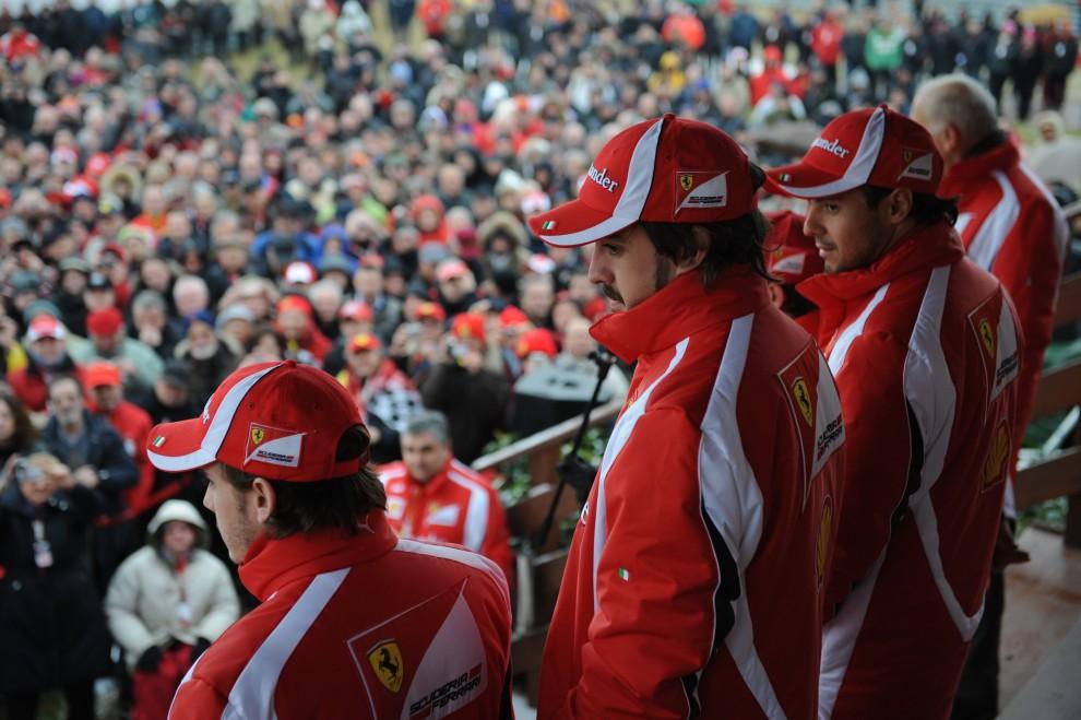 12. WŁOCHY, Maranello, 29 stycznia 2011: Fernando Alonso razem z zespołem podczas prezentacji nowego bolidu F150. AFP PHOTO / FERRARI PRESS OFFICE/HO