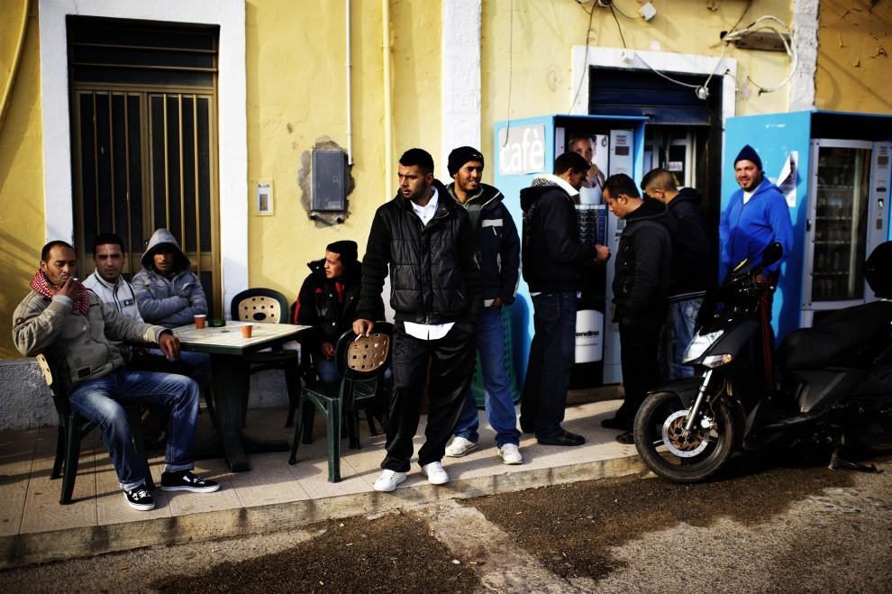 12. WŁOCHY, Lampedusa, 15 lutego 2011: Tunezyjscy imigranci w centrum Lampedusy. AFP PHOTO / ROBERTO SALOMONE