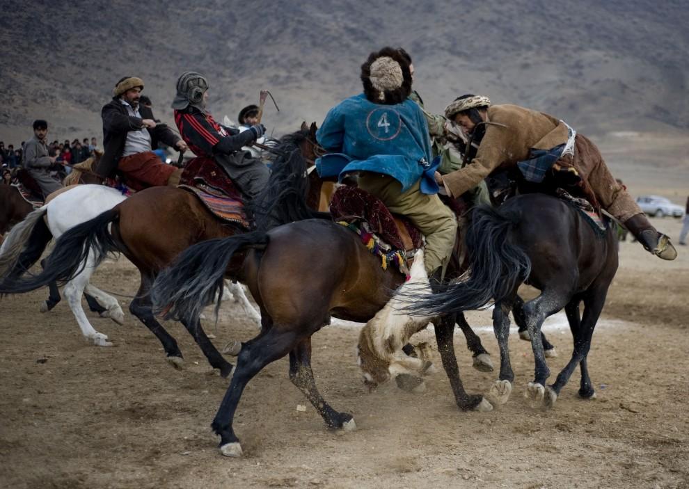 12. AFGANISTAN, Kabul, 4 grudnia 2009: Zawodnicy walczą o kozła podczas buzkaszi. AFP PHOTO/ Manpreet ROMANA