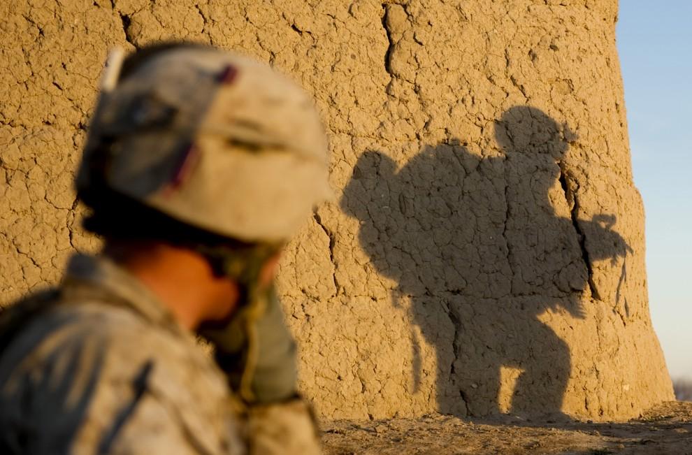 12. AFGANISTAN, Musa Qala, 8 lutego 2011: Żołnierze piechoty morskiej na patrol. AFP PHOTO / DMITRY KOSTYUKOV