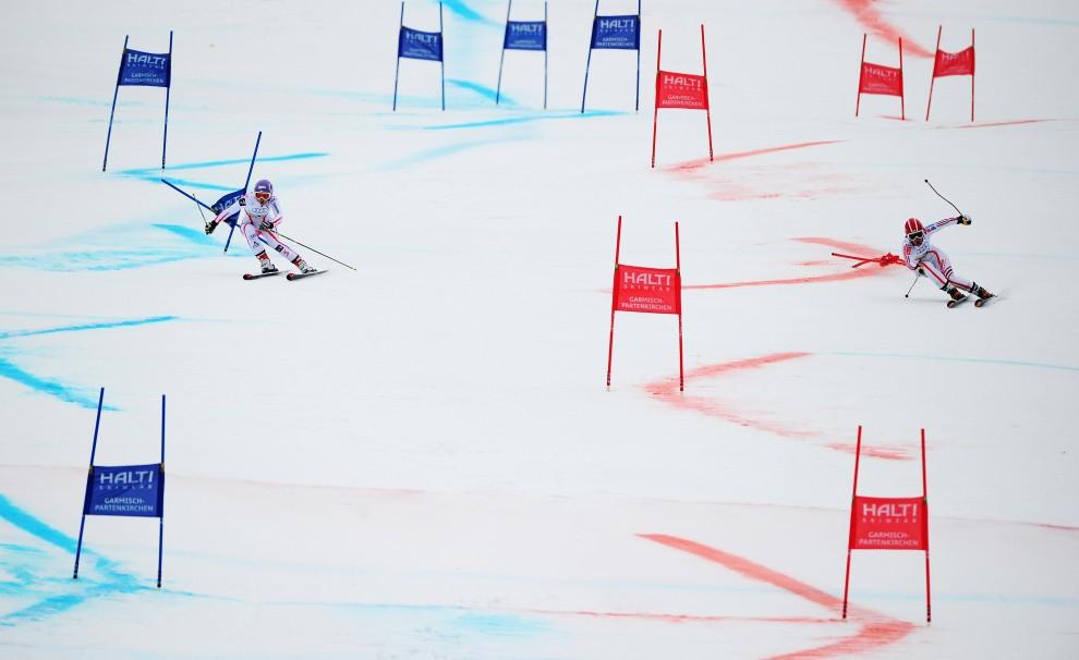 12. NIEMCY, Garmisch-Partenkirchen, 16 lutego 2011: Michaela Kirchgasser (po lewej) ściga się z Anemone Marmottan (po prawej) na mistrzostwach świata w narciarstwie alpejskim. (Foto:  Clive Mason/Getty Images)