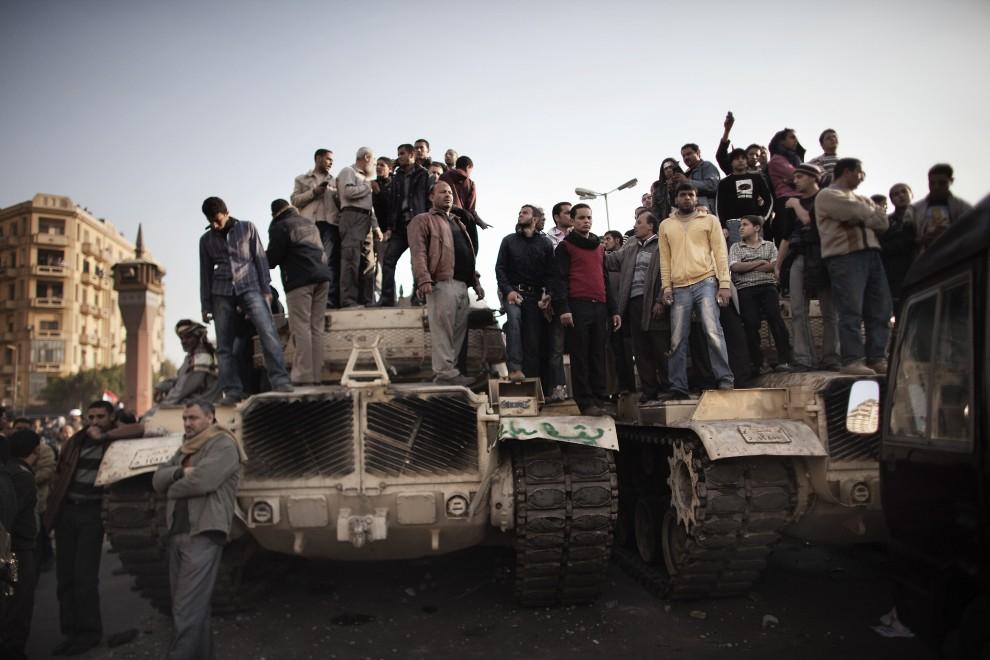 12. EGIPT, Kair, 2 lutego 2011: Protestujący domagający się ustąpienia prezydenta. AFP PHOTO/MARCO LONGARI