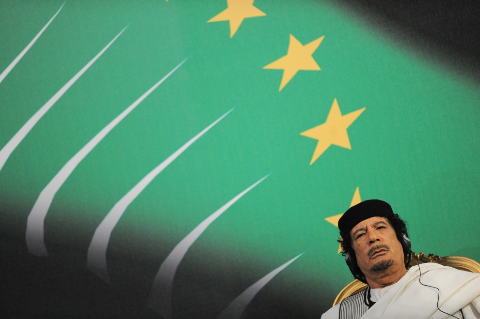 13. WŁOCHY, Rzym, 30 sierpnia 2010: Muammar al-Kaddafi podczas spotkania z premierem Silvio Berlusconim.  AFP PHOTO / ANDREAS SOLARO