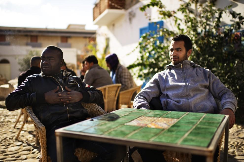 13. WŁOCHY, Lampedusa, 15 lutego 2011: Tunezyjscy imigranci w centrum Lampedusy. AFP PHOTO / ROBERTO SALOMONE