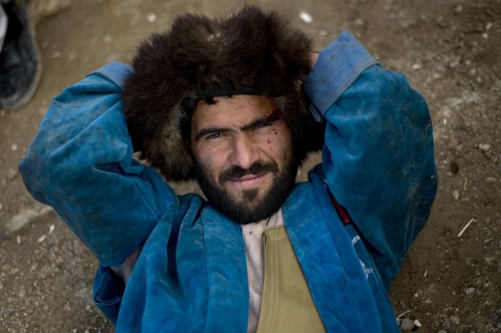 13. AFGANISTAN, Kabul, 4 grudnia 2009: Zawodnik odpoczywa po zakończonym buzkaszi. AFP PHOTO/ Manpreet ROMANA