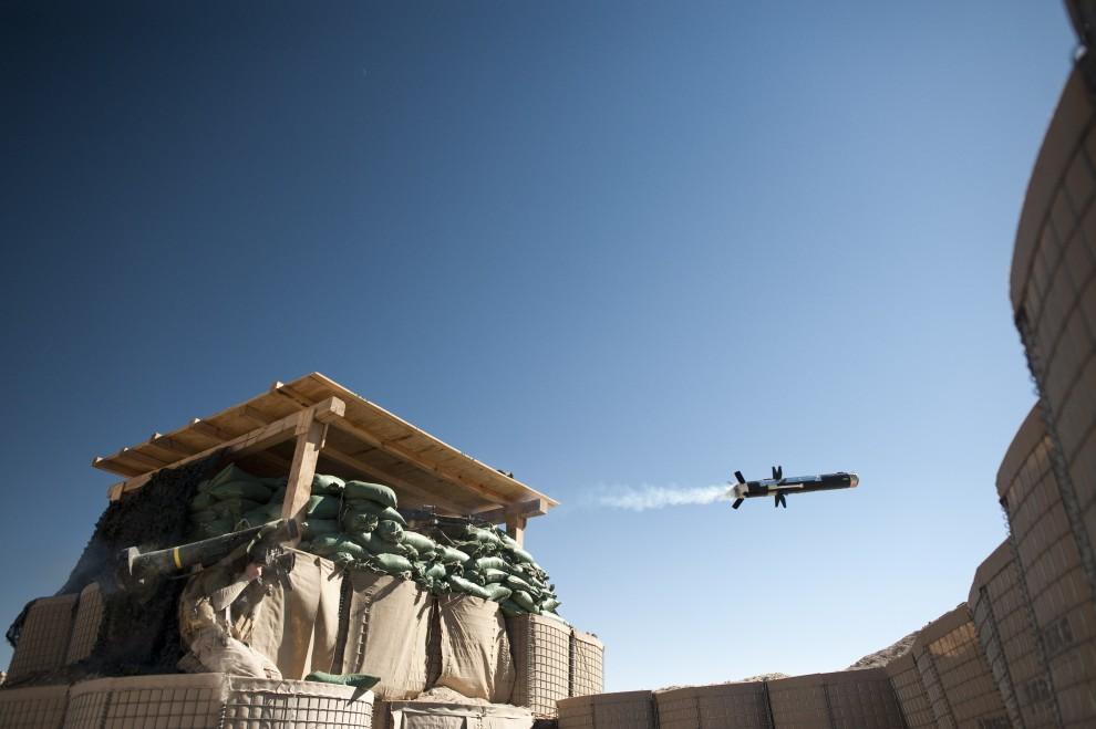 13. AFGANISTAN, Musa Qala, 8 lutego 2011: Amerykański żołnierz odpala przeciwpancerny pocisk kierowany FGM-148 Javelin. AFP PHOTO / DMITRY KOSTYUKOV